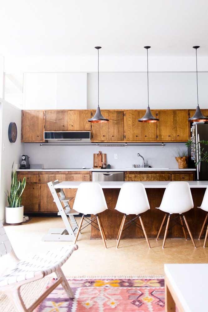 Combine móveis de madeira com outros materiais na hora de fazer a cozinha americana com sala.