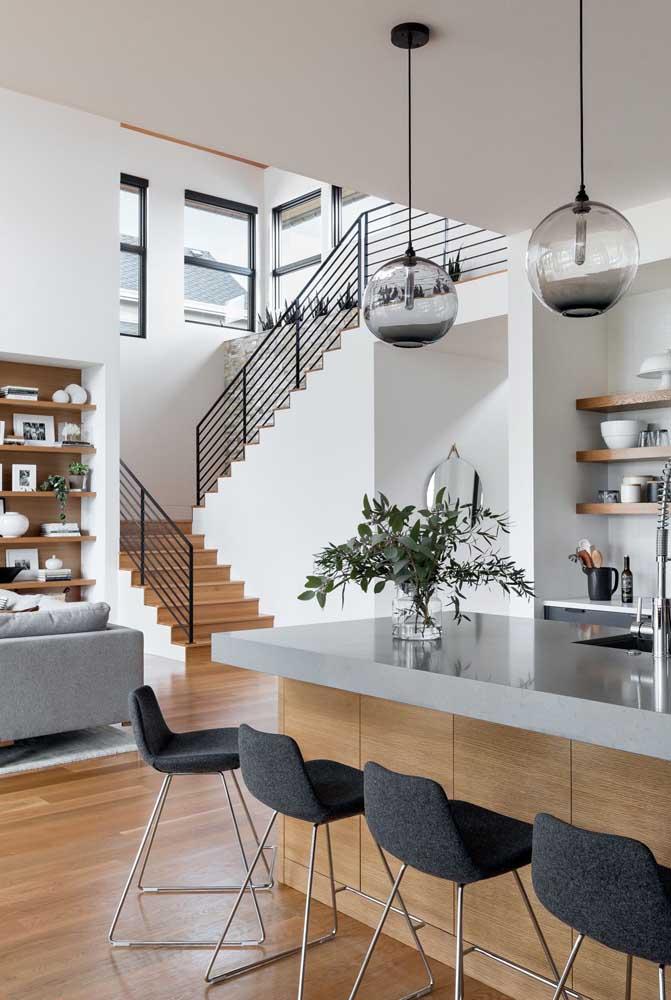 Você pode optar pela bancada para fazer a integração da cozinha americana com sala de estar.