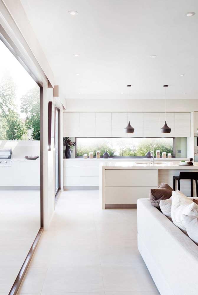 É incrível como a integração da cozinha americana com sala deixa o espaço mais amplo.