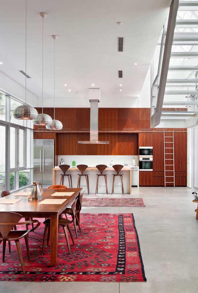 Nessa decoração, os tapetes foram escolhidos para fazer a divisão dos espaços.