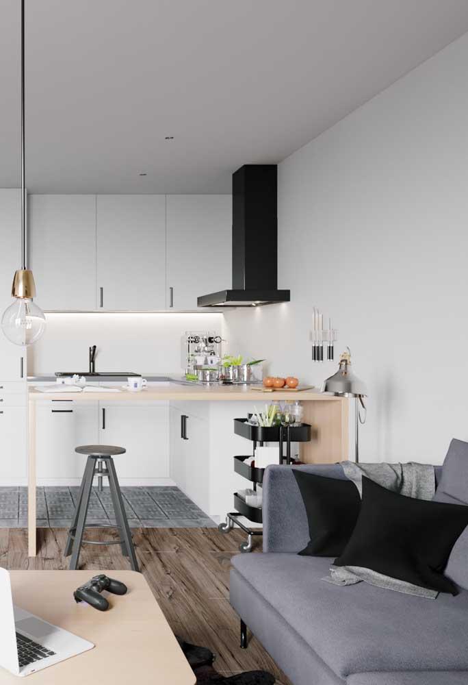 Ao optar pela cozinha americana com sala é imprescindível ter uma coifa para evitar que o aroma da comida se espalhe pela casa.