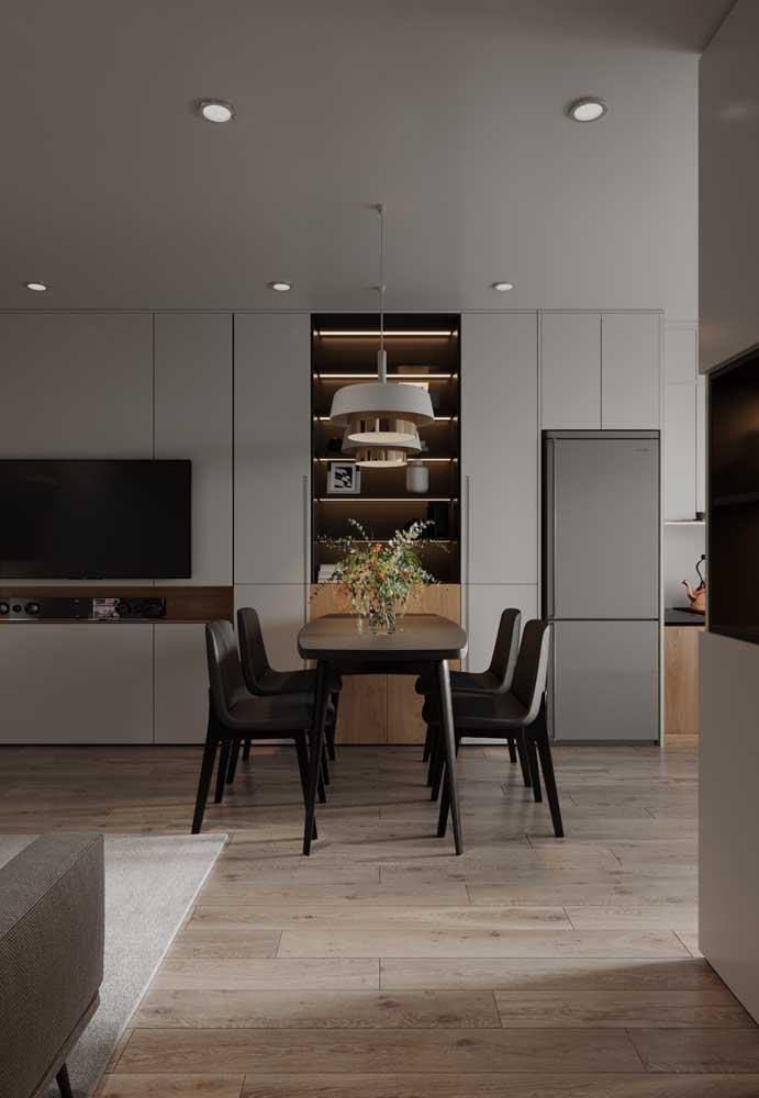 A mesa de jantar pode servir de divisão entre a sala de jantar e cozinha.