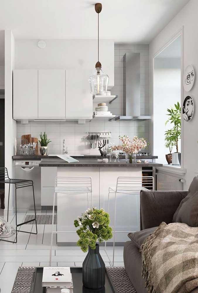 A cozinha americana integrada com sala pode ser a melhor opção para apartamentos pequenos.