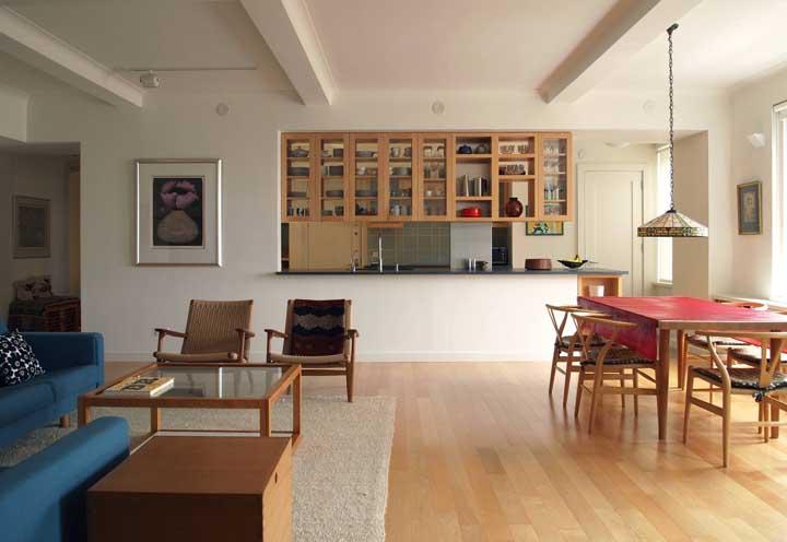 Você prefere uma decoração rústica e personalizada para sua cozinha americana com sala?