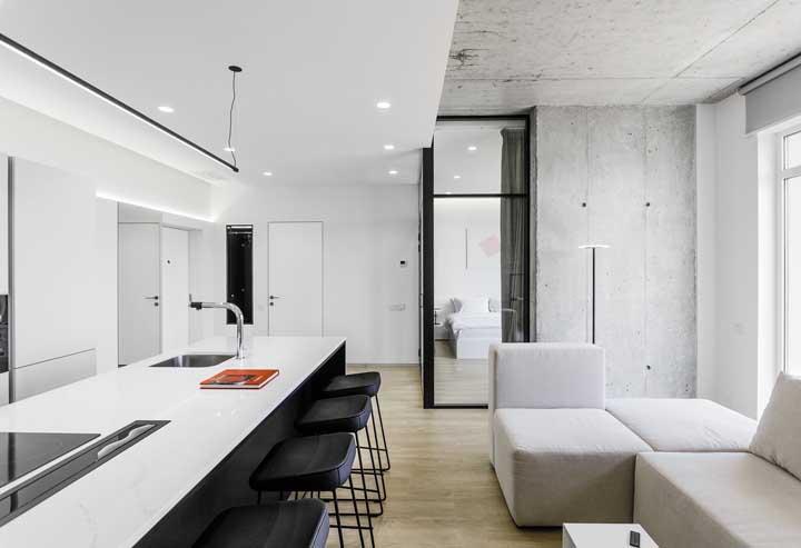 Você pode colocar o fogão e pia da cozinha na bancada que faz a divisão dos cômodos.