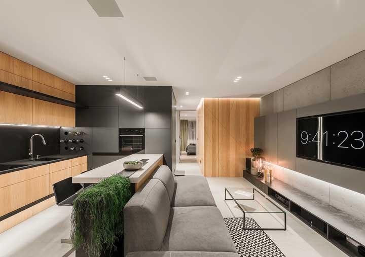 Com esse layout de cozinha americana com sala qualquer um pode assistir a TV com tranquilidade.