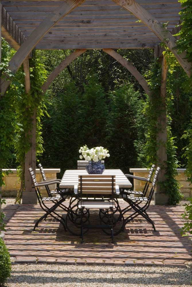 Decore o jardim com um jogo de mesa e cadeiras de ferro.