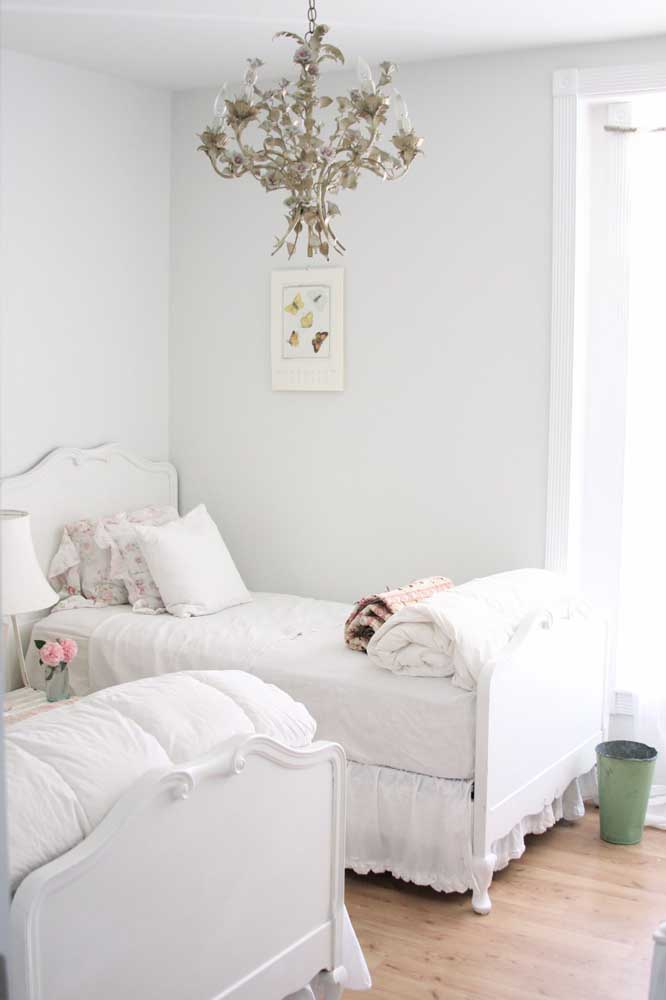 Um belo lustre para combinar com a cama mais clássica.