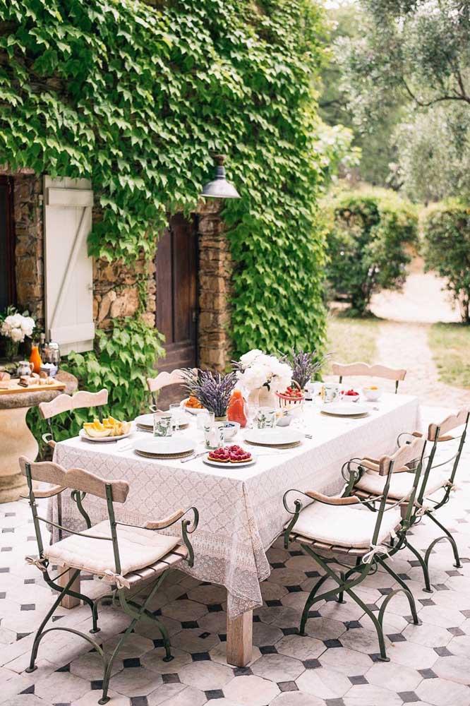 Que tal fazer um café da manhã no jardim com a decoração provençal?