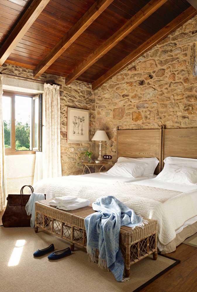 Que tal combinar a parede de pedra com o teto de madeira?