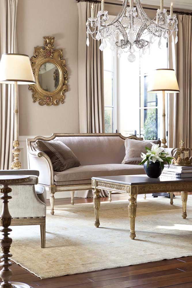 O lustre e o espelho com moldura são objetos que não podem faltar na decoração provençal.