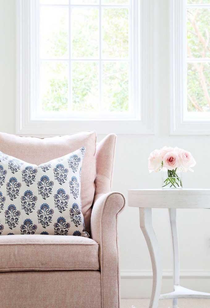 Um simples vaso com flores dá o toque especial na decoração.