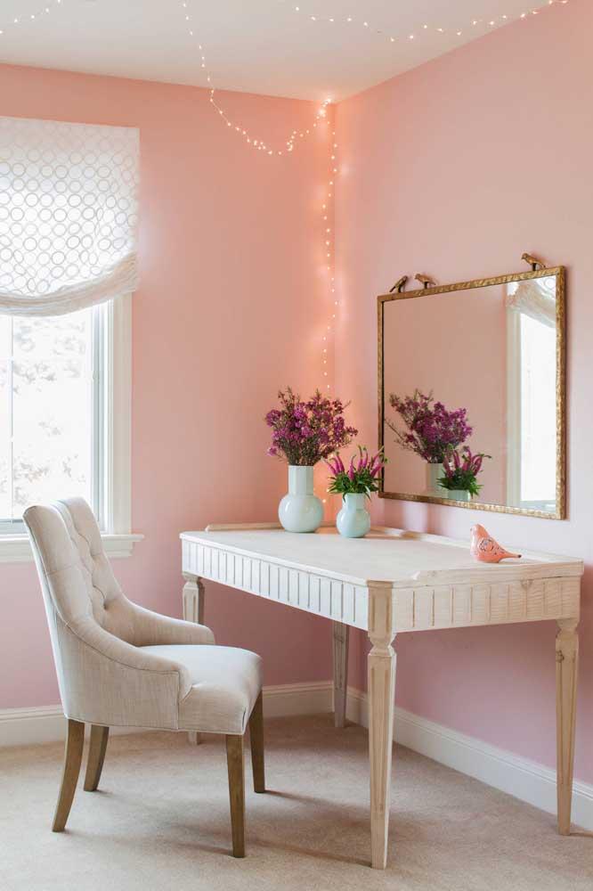Uma mesa reformada pode servir de penteadeira no quarto feminino.