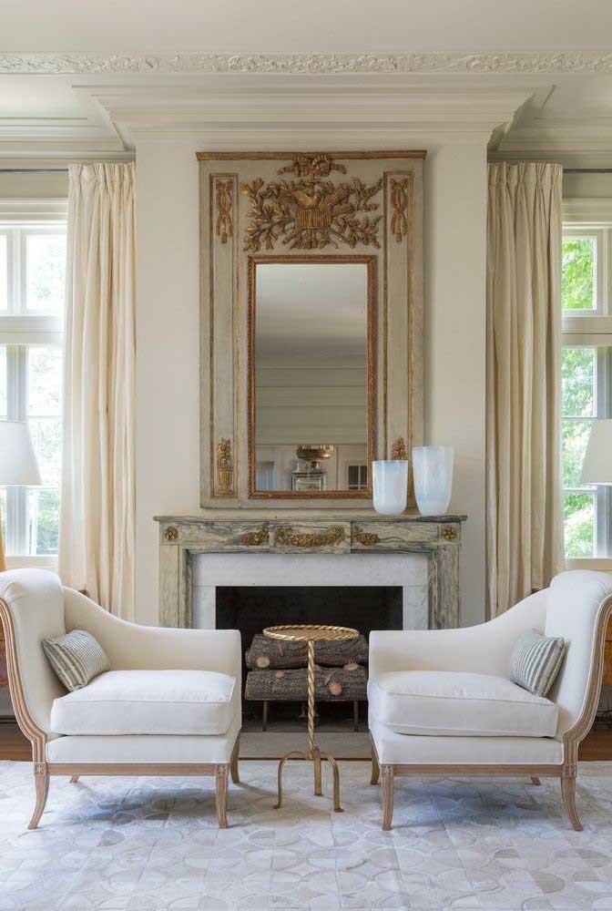 Já na sala um espelho com moldura diferenciada pode destacar a parede.