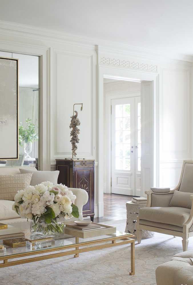 O arranjo de flores ajuda a deixar o ambiente com o estilo provençal.
