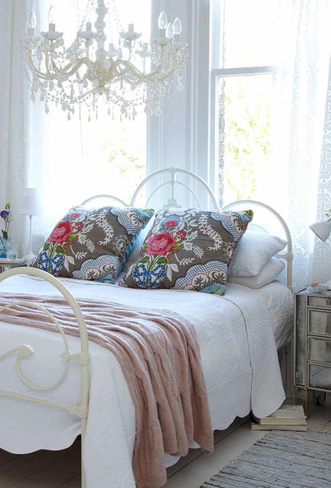 Para combinar com as roupas de cama de cor clara, você pode apostar em travesseiros coloridos.