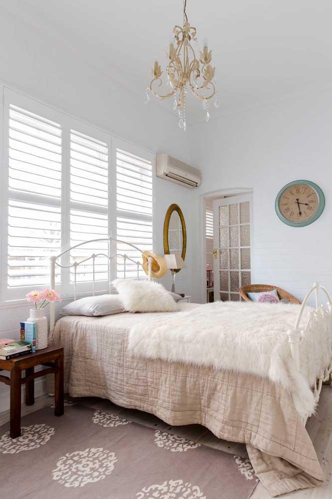 No quarto do casal use um lustre e um espelho com moldura para deixar no estilo provençal.