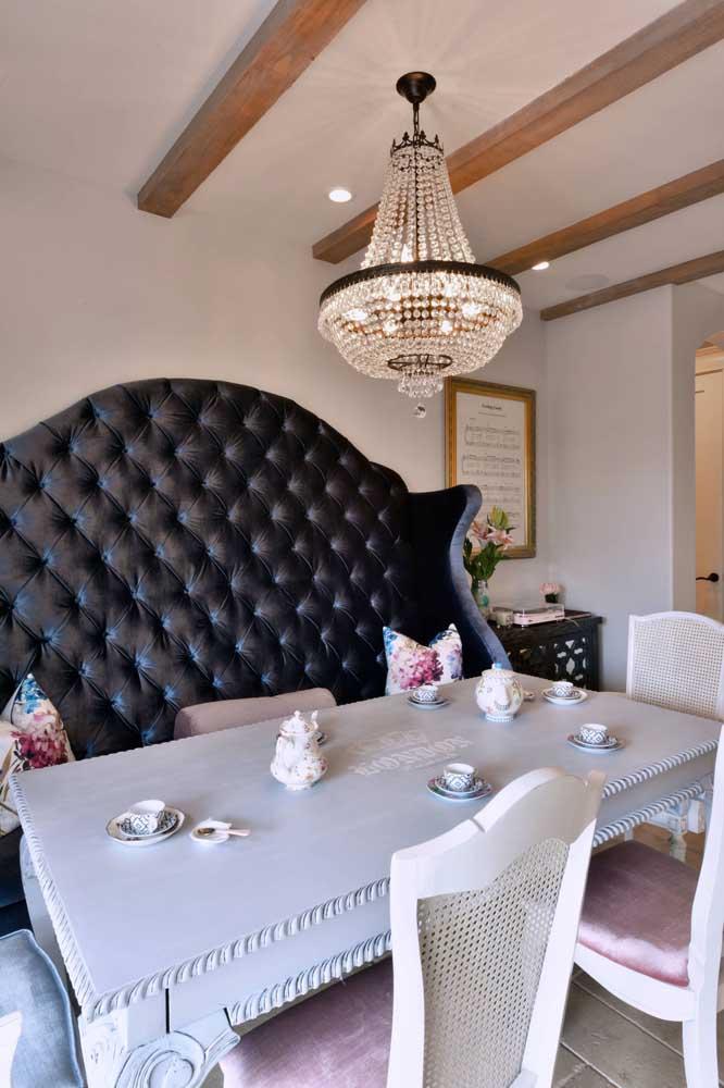 A mesa de madeira pintada na cor branca é perfeita para criar um ambiente no estilo provençal.