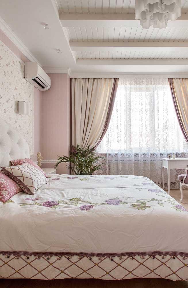 Peças românticas como renda e estampas de flores são características do estilo provençal.
