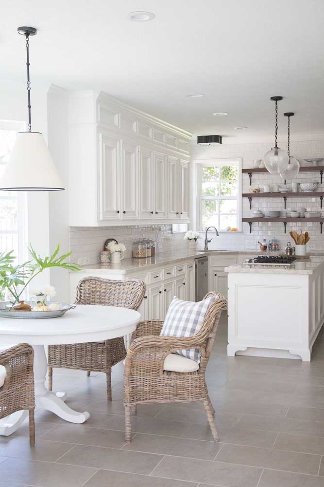 Quem disse que não é possível fazer uma decoração provençal na sua cozinha?