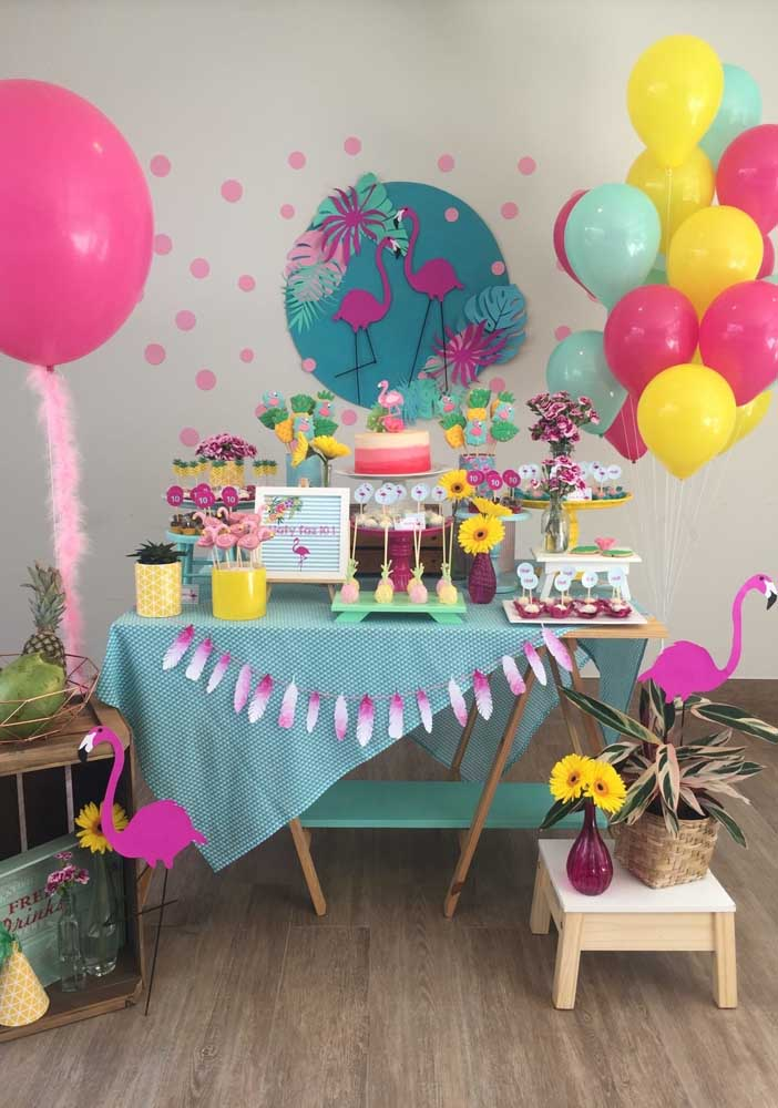 Você pode fazer uma festa flamingo simples apenas explorando alguns elementos decorativos.