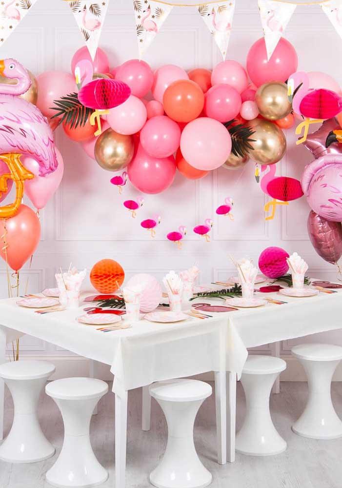 Os balões desconstruídos estão super em alta e podem ser perfeitos para a decoração festa flamingo.