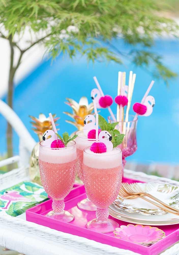 As bebidas refrescantes e feitas com frutas naturais são as mais indicadas para a festa flamingo tropical.