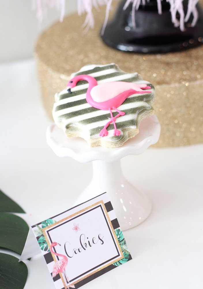 Biscoitos personalizados com o tema flamingo também são ótimos para servir aos convidados.