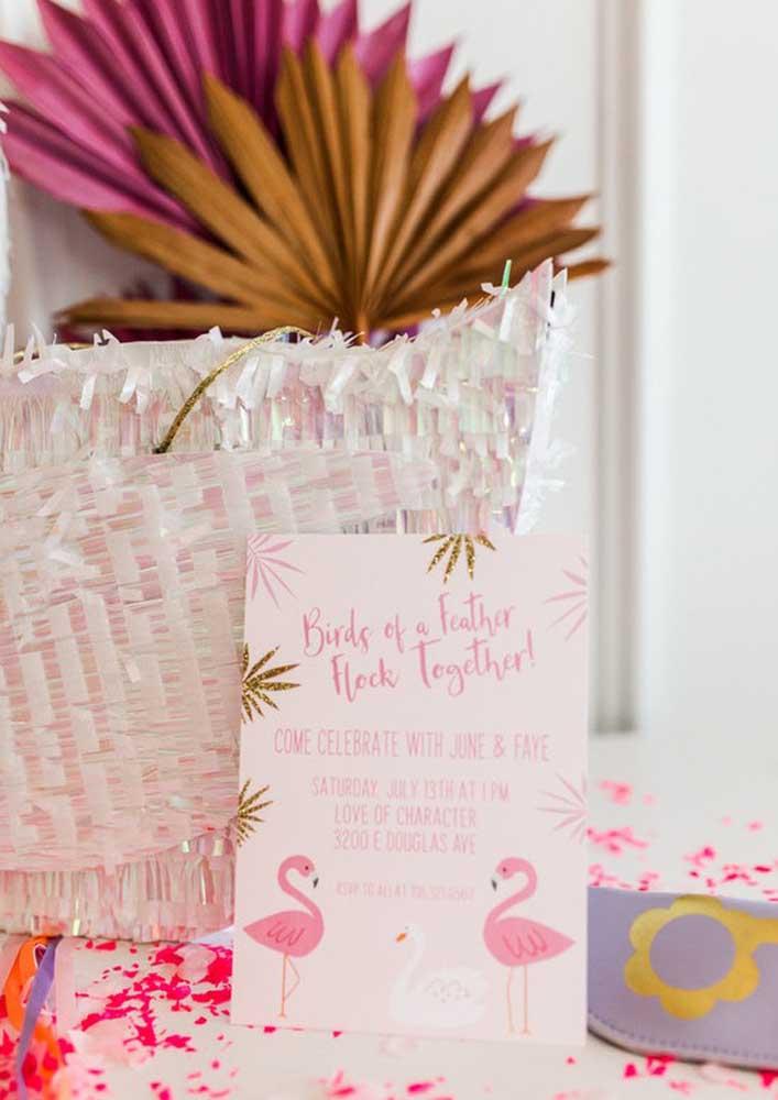 O convite flamingo pode ser algo mais simples ou você pode apostar em itens personalizados.