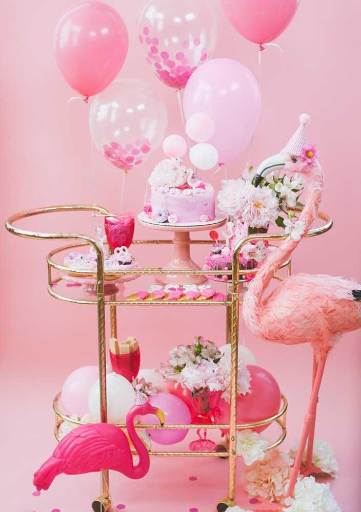 A cor rosa é a mais usada na festa tema flamingo.