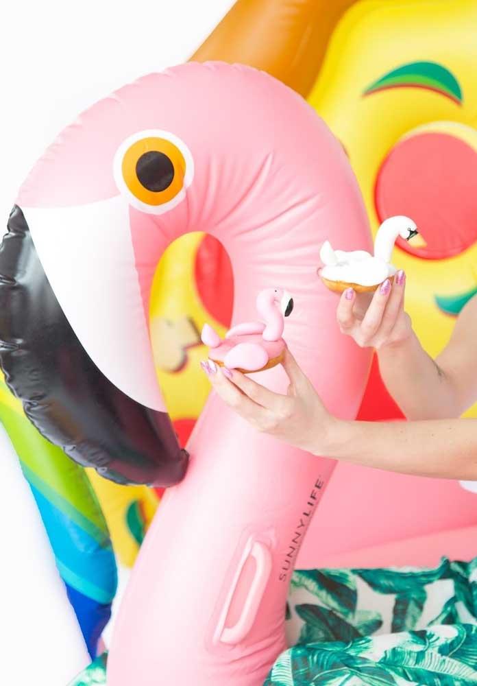 Se a festa flamingo for na piscina, não podem faltar boias personalizadas.