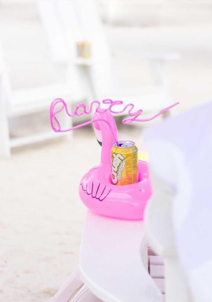 Aposte em itens práticos na hora de fazer a festa flamingo na piscina.