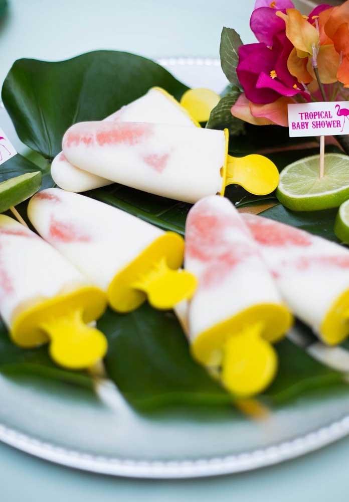 Distribua algo refrescante para os convidados como sorvete e picolé.