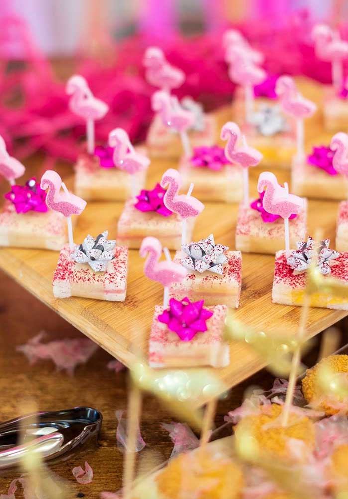 Use a criatividade na hora de fazer itens personalizados do flamingo festa.