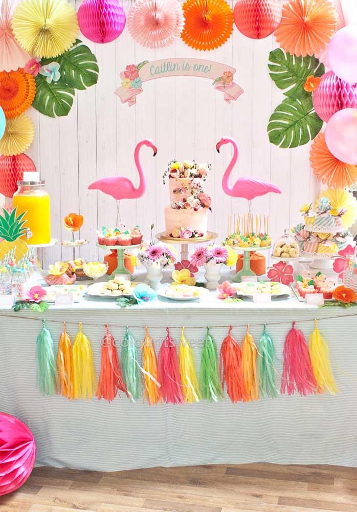 Use e abuse de itens coloridos para fazer uma decoração flamingo especial.