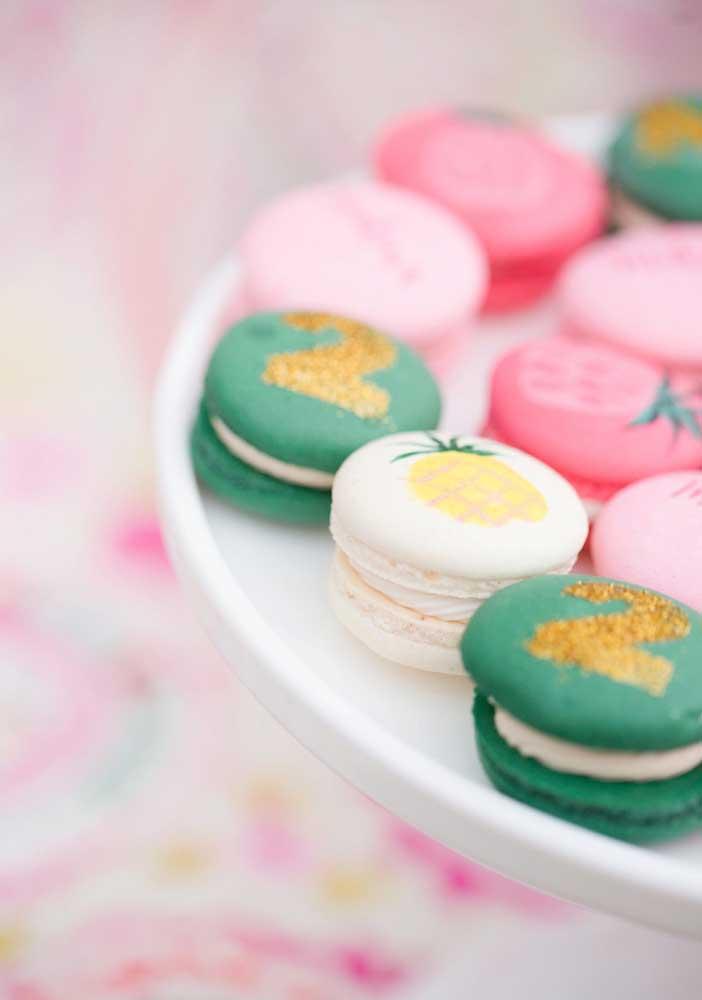 Personalize os macarons da festa com elementos decorativos.