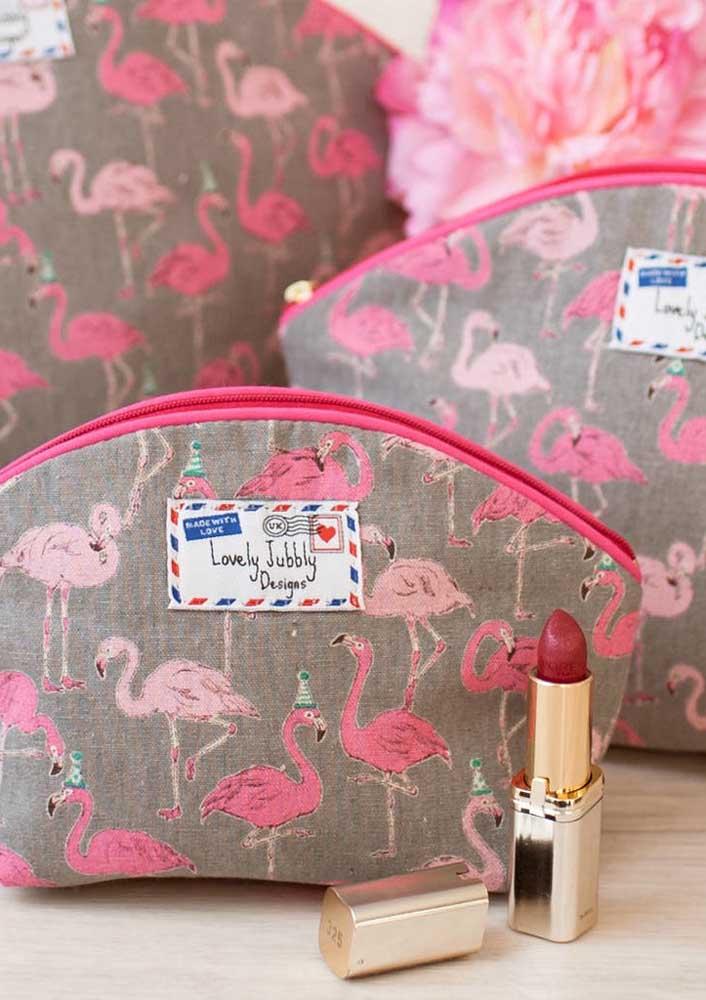 A lembrancinha flamingo pode ser uma necessaire cheia de maquiagens para as meninas.