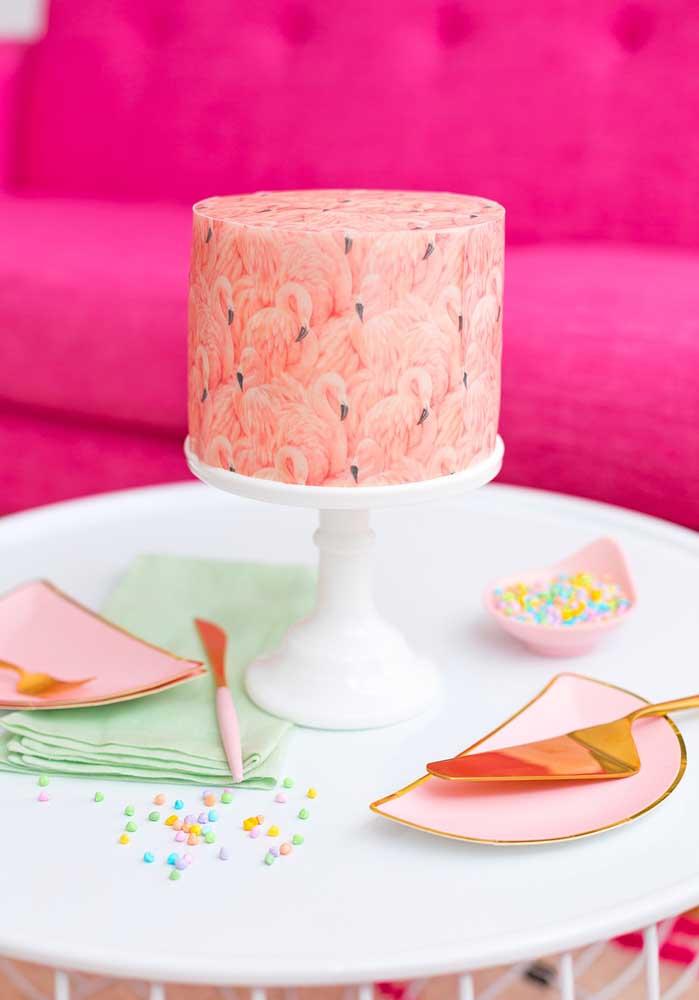 Veja o capricho desse bolo personalizado para a festa flamingo.