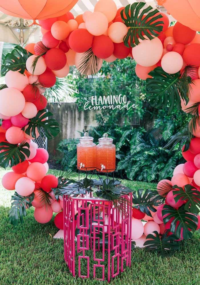 Prepare um cantinho só para colocar as bebidas que serão servidas na festa e deixe seus convidados à vontade.
