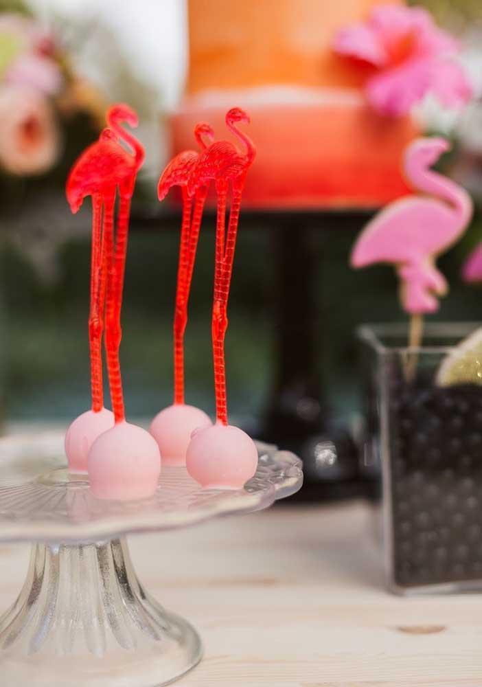 Perceba a delicadeza dos itens personalizados que você pode fazer em uma festa flamingo.