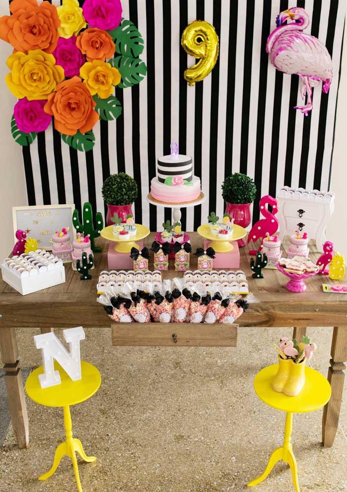 Não é porque a decoração flamingo é simples que o aniversário não pode ser especial.