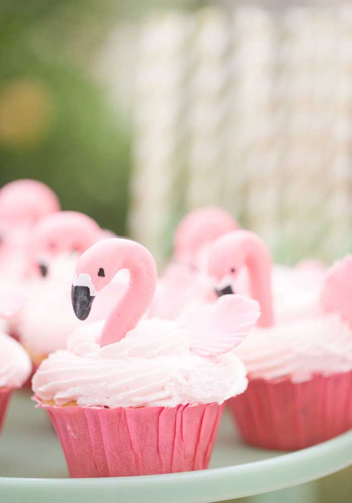 Decore os cupcakes com o personagem principal do tema flamingo.