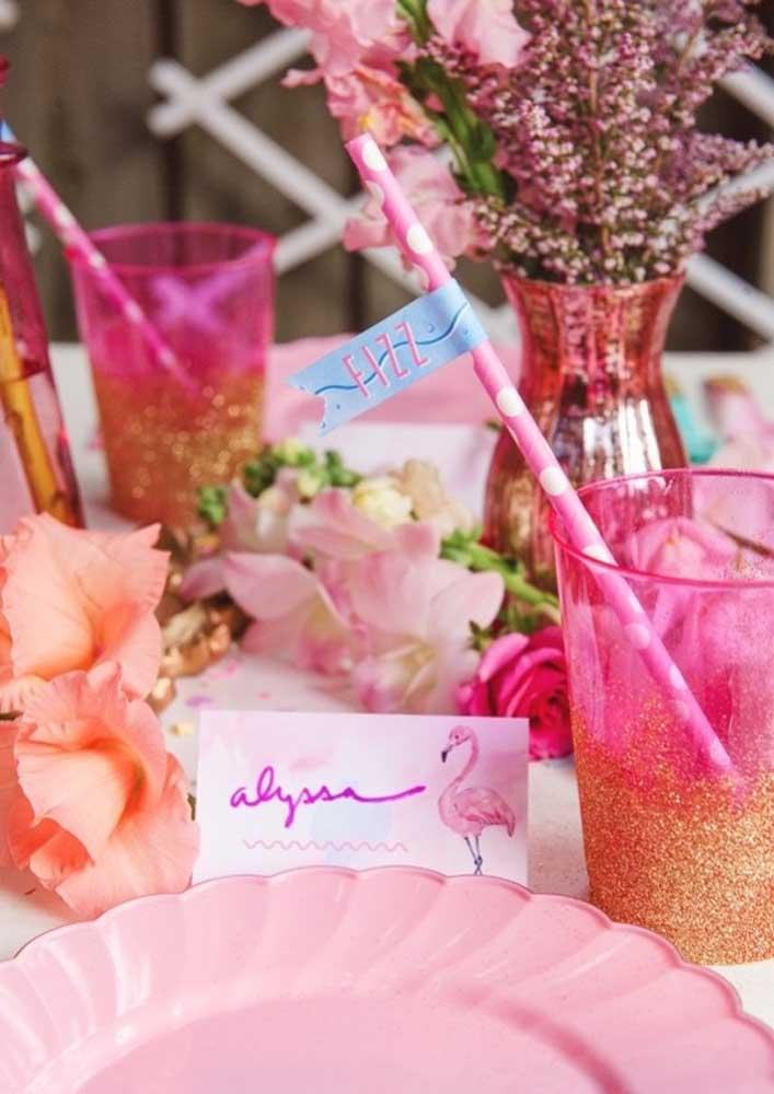Use e abuse dos tons de rosa quando for fazer a decoração flamingo.