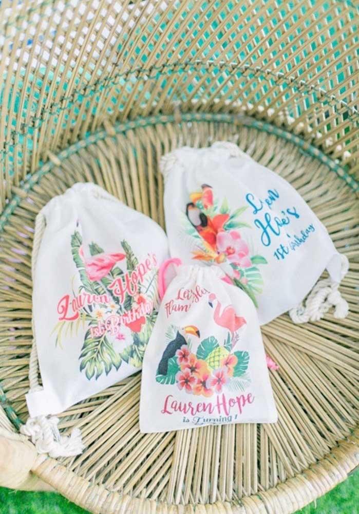 Uma ótima opção de lembrancinha flamingo é investir em sacolas personalizadas.