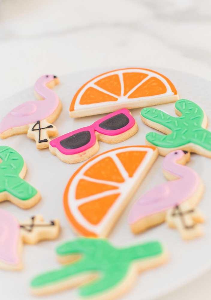 Prepare biscoitos personalizados com alguns elementos decorativos que fazem referência à festa flamingo.
