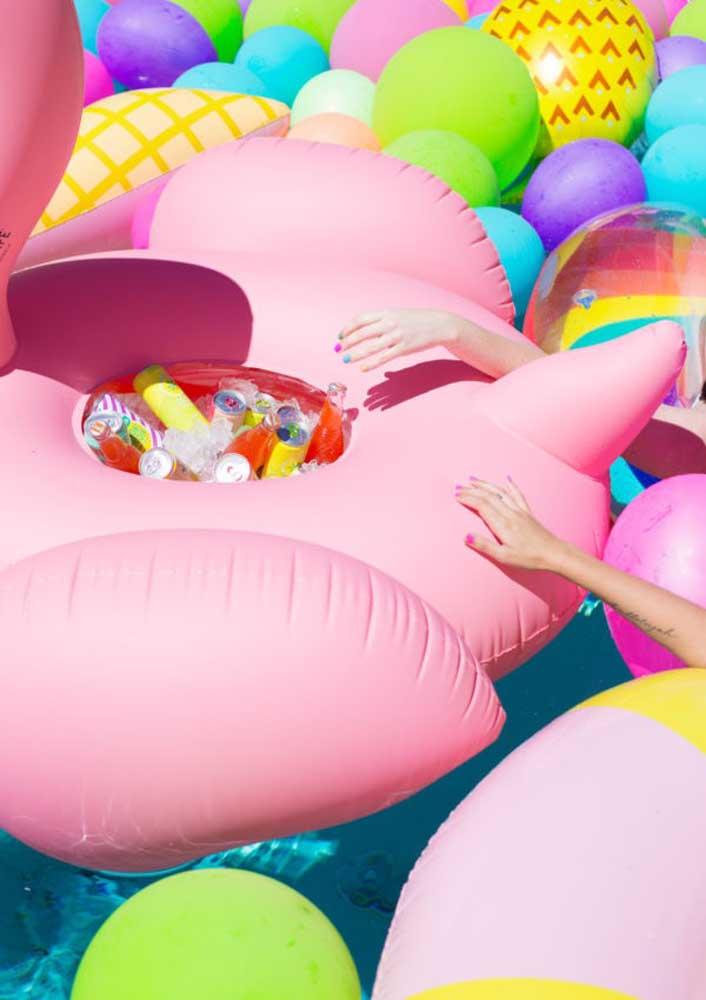 Olha que ideia divertida e prática para servir as bebidas da festa flamingo.