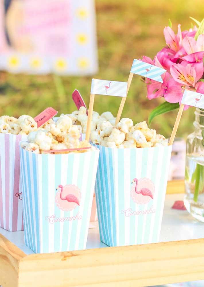 As embalagens para pipoca ganham vida com o tema flamingo.
