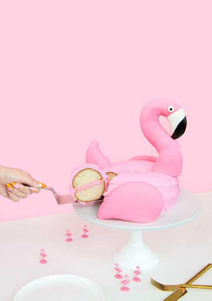 Já pensou em fazer um bolo no formato da ave flamingo? Saiba que é possível, mesmo o bolo sendo comestível.