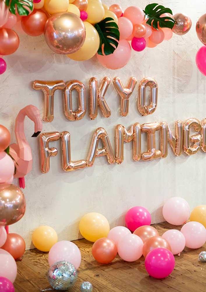 Decorar com balões coloridos pode ser uma ótima ideia para a festa flamingo.