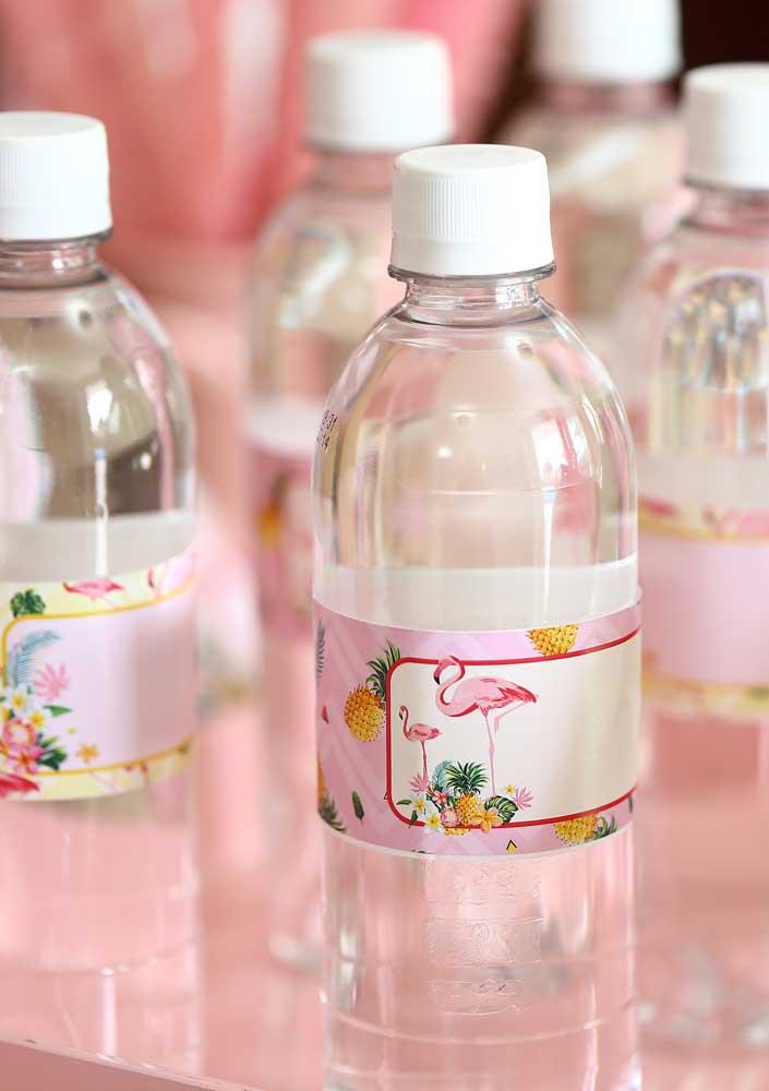 Crie rótulos personalizados com o tema flamingo para colocar nas garrafas d'água.
